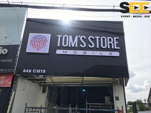 thi công bảng hiệu toms store